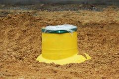 Receveur en plastique de gazole de réservoir dans la terre pendant la construction d'un parking pour les autobus de touristes, Ru photos stock