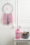 Receveur rêveur beige rose avec les napperons à crochet Photographie stock libre de droits