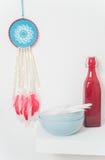 Receveur rêveur bleu avec les plumes rouges Image libre de droits