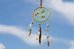 Receveur rêveur dans le vent contre le ciel, foyer sélectif Photo libre de droits