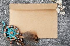 Receveur rêveur fait main et enveloppe de papier d'emballage Image libre de droits