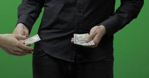 Recevez le concept de paiement L'homme donnent l'argent d'argent liquide Argent - USD banque de vidéos