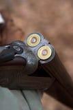 Rechargement d'un fusil de chasse de 28 jauges Images stock