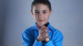 Rechazando, gesto del hombre joven de no agitando el finger Fondo negro metrajes