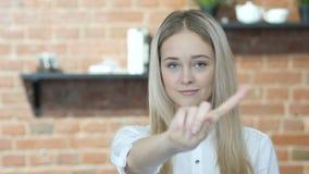 Rechazando a la mujer, mostrando no agitando el finger, interior, joven,