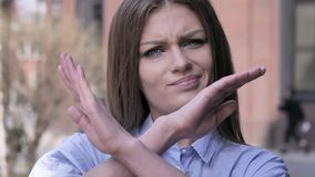 Rechazando, teniendo aversión gesto de la mujer joven imagenes de archivo