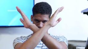 Rechazo, gesto de no del hombre negro joven almacen de video