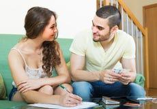 Rechenbudget der jungen Paare Stockfoto