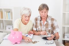 Rechenmünzen der älteren Paare Stockbild