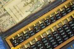 Rechenmaschine mit Anweisungs-Handbuch Stockfotos