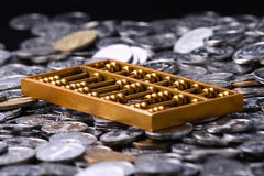 Rechenmaschinen und Münzen Stockfotografie