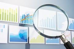 Recherchant et analysant des données avec la loupe Situation Image stock