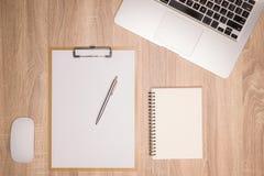 Recherchant la direction et l'inspiration, affaires fonctionnant à un bureau, Images libres de droits