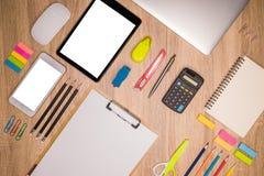Recherchant la direction et l'inspiration, affaires fonctionnant à un bureau, table de bureau avec l'ordinateur, Images stock