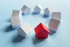 Recherchant la propriété d'immobiliers, la maison ou la nouvelle maison photographie stock libre de droits