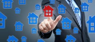Recherchant la propri?t? d'immobiliers, la maison ou la nouvelle maison photographie stock libre de droits