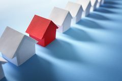 Recherchant les immobiliers, la maison ou la nouvelle maison image stock
