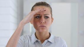 Recherchant, portrait de femme dans le bureau clips vidéos