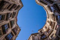 Recherchant sur une place à Barcelone, l'Espagne Photographie stock