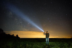 Recherche avec la lampe-torche dans extérieur photo libre de droits