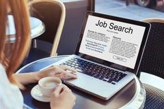 Recherche d'emploi en ligne photos libres de droits