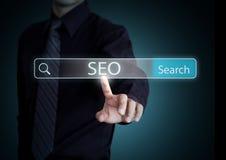 Recherche d'homme d'affaires avec les informations sur le processus de SEO photo stock