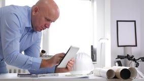 Recherche d'In Office Room d'homme d'affaires dans la base de données technique utilisant une tablette tactile banque de vidéos