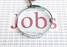Recherche d'un emploi avec une loupe photos stock