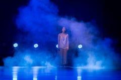 Recherche dans l'illusion 1-Act 2 : Pays des merveilles relation-moderne de danse de triangle photos stock