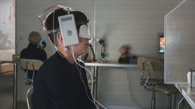 Recherche de clinique d'ophthalmologie garçon avec des électrodes sur la tête regardant au moniteur - diagnostic du ` s d'enfants Image libre de droits