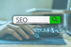 Recherche de l'étiquette sur l'image de concept avec le mot SEO v image stock