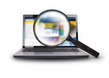 Recherche de l'Internet sur l'ordinateur portable Image libre de droits
