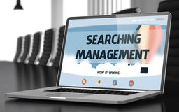 Recherche de la gestion sur l'ordinateur portable dans la salle de conférences 3d Image stock