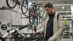 Recherche de la nouvelle bicyclette banque de vidéos