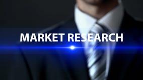 Recherche de marché, homme d'affaires devant l'écran, statistiques et analytics images libres de droits