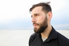 Recherche de mise en oeuvre de tabagisme de mâle de géographe sur le bord de la mer Image libre de droits