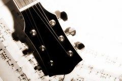Recherche de musique le cou de la vieille musique de guitare de feuilles de musique de guitare photo libre de droits