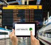 Recherche des affaires de dernière minute dans le train de station Photo stock