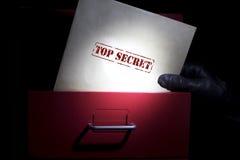 Recherche des documents extrêmement secrets dans une obscurité Photographie stock libre de droits