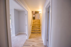 Recherche des escaliers en bois d'une chambre à coucher image libre de droits