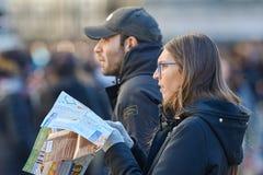 Recherche des jeunes objectifs touristiques sur la carte Photographie stock
