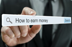 Recherche des manières de gagner l'argent sur l'Internet Photo libre de droits