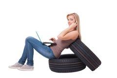 Recherche des pneus et des pièces des véhicules à moteur image libre de droits