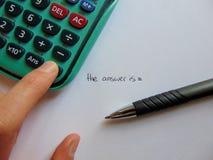 Recherche des réponses avec la calculatrice et le stylo photos stock