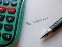 Recherche des réponses avec la calculatrice et le stylo photographie stock libre de droits