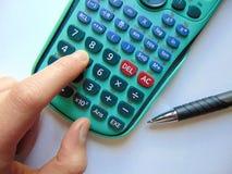 Recherche des réponses avec la calculatrice et le stylo photos libres de droits