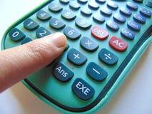 Recherche des réponses avec la calculatrice et le stylo photographie stock