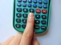 Recherche des réponses avec la calculatrice et le stylo image libre de droits