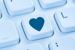 Recherche du calcul bleu d'Internet d'amour d'associé de coeur en ligne de datation Photos libres de droits