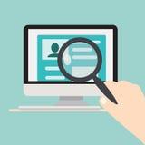 Recherche du concept de personnes Ordinateur sur un bureau Image libre de droits